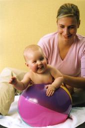 01_Baby auf Wasserball 1
